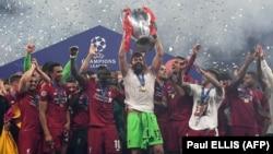 """Футболисты английского """"Ливерпуля"""" с кубком Лиги чемпионов УЕФА, Мадрид, 1 июня 2019 года"""