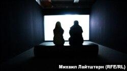 Посетители выставки перед показом слайд-шоу