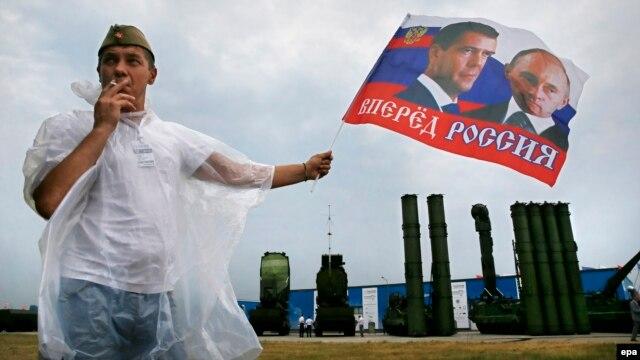 سامانه اس-۳۰۰ (در تصویر پشت سر مردی که عکس رئیسجمهوری و نخست وزیر روسیه را در دست دارد)