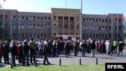 Протест на работници пред Собрание.
