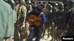 متظاهر في السليمانية يعزف لقوات الامن