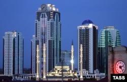 """Мечеть """"Сердце Чечни"""" на фоне делового района Грозного"""
