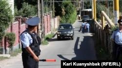 Полицейский на месте проведения спецоперации по задержанию подозреваемых в терроризме. Алматинская область, Карасайский район, 17 августа 2012 года.