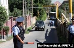 Жолдағы көлік қозғалысын реттеп тұрған полиция қызметкері. Алматы. 17 тамыз 2012 жыл.