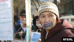 Кыргызстанда оппозицияга кысымды токтотууга чакырган укук коргоочулар Ак үйдүн алдында, 13-ноябрь, 2007-жыл