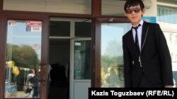 Азамат Оразбек мектебінің алдында тұр. Aлматы, 1 қыркүйек 2012.