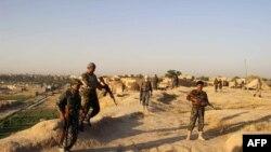 Афганские военные на посту в районе Шардара провинции Кундуз, 22 июня 2015 года.