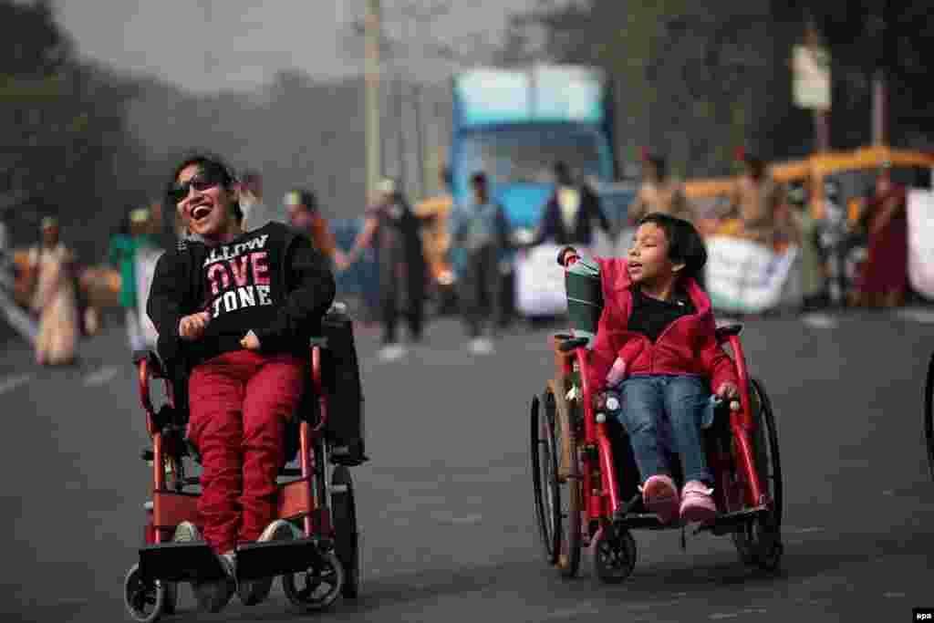 Disabled children and their families form a human chain organized by the Disability Activists Forum demanding rights from the Bengal government in Calcutta on December 3, International Day of Persons with Disabilities. (epa/Piyal Adhikary)