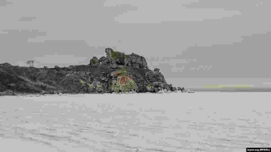 Azav deñiziniñ aman-aman bütün yüzü 20 santimetrgece qalınlıqta olğan buznen örtüldi, Mama (Kurortnoye) qasabası, Keriç, 2017 senesi fevral 3 künü