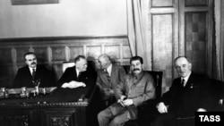 Эдвард Бенеш (справа) со Сталиным во время визита в СССР в 1935 году