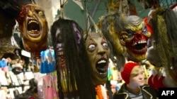 Маски для Хеллоуина в витрине магазина в Нью-Йорке