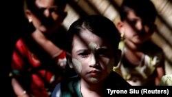 Діти рохінджа в таборі біженців Кутупалонг у Бангладеш. За даними ООН, через спалах насильства в М'янмі з країни довелося тікати понад 700 тисячам людей