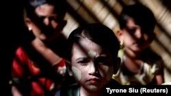 Djeca naroda Rohindža u impovizovanoj školi u izbjegličkom kampu u Bangladešu, januar 2018.