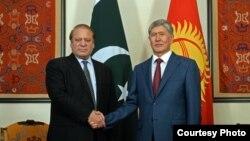 Президент Алмазбек Атамбаев и премьер-министр Пакистана Наваз Шариф.