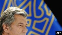 За почти полтора часа пресс-конференции Виктор Ющенко ответил на восемь вопросов, большинство которых касались России