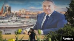 Presidenti aktual, Nursultan Nazarbaev - Poster në Almaty