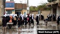 شماری از دانش آموزان مکتب سیدالشهدا در غرب کابل