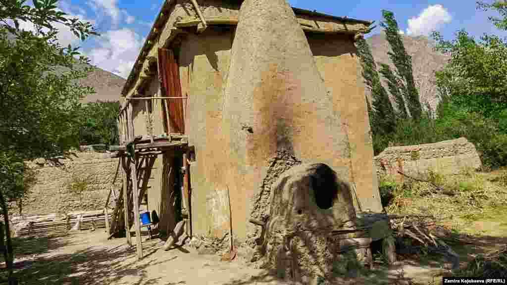 Зардалы айылындагы жалгыз эки кабаттуу үй.