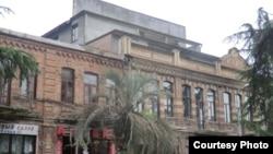Один из красивейших домов в центре Сухума был построен в начале прошлого века, архитектор его точно не установлен, но известно, что в 1910 году в здании размещалась Сухумская телефонная станция, а позже там обосновалось Сухумское акцизное общество