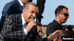 د ترکي وزیراعظم طیب اردوغان خپلو پلویانو ته وینا کوي.