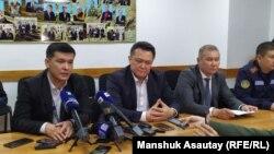 Руководитель управления охраны общественного здоровья города Алматы Тлеухан Абильдаев (в центре) на брифинге в аэропорту. Алматы, 27 декабря 2019 года.