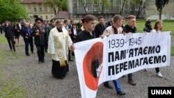 Під час вшанування пам'яті загиблих в роки Другої світової війни в День пам'яті та примирення, у Львові, 8 травня 2016 року