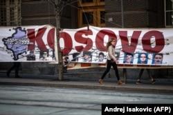 Баннер на одном из правительственных зданий Сербии. Белград, 22 марта 2019 года