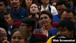 Дарига Назарбаева, спикер сената парламента Казахстана и старшая дочь экс-президента, в зрительном зале во время премьеры фильма «Томирис».