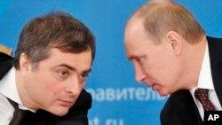 Архивное фото: Владислав Сурков и президент России Владимир Путин. Февраль 2012 года