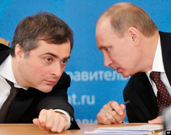 Архівне фото: Владислав Сурков (ліворуч) і тодішній прем'єр-міністр Росії Володимир Путін