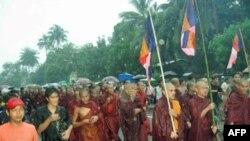 گزارش شاهدان عينی از تظاهرات روز جمعه حاکی است که نزديک به يکصد زن، با درست کردن حلقه انسانی به دور راهبان بودايی در تلاشند تا از آنها حفاظت کنند.