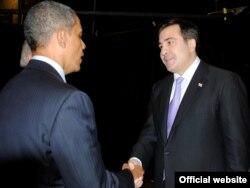 Грузияның бұрынғы президенті Михаил Саакашвили АҚШ президенті Барак Обаманы қарсы алып тұр. (Көрнекі сурет)