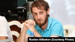 На своей странице в Facebook 32-летний Магомедов написал следующее: «Хвала Аллаху, что живой. Нахожусь только в крайне некрасивом состоянии с переломанной челюстью и без зубов и не помню, что было. Чувствую себя стариком. А так – все хорошо». фото Руслана Алибекова
