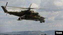 Сирияда Хмеймим әуе базасына жақын ұшып бара жатқан Ресейлік Ми-24 әскери тікұшағы.