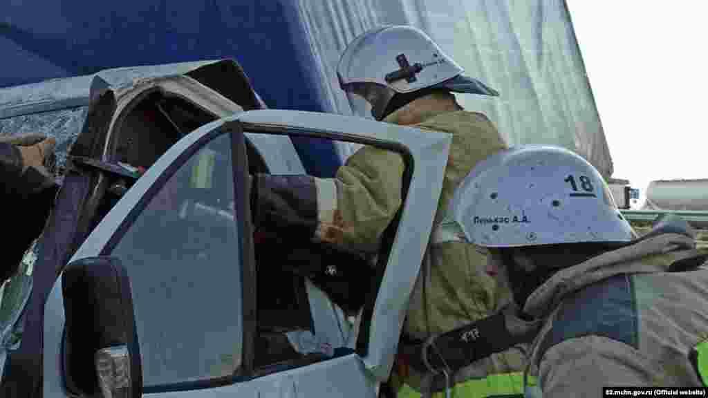 1 июля 2020 года. Спасатели работают на месте аварии близ села Виноградное, Ленинский район