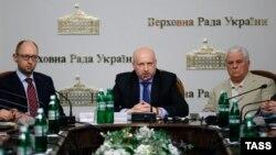 Ուկրաինայի գործող նախագահ Ալեքսանդր Տուրչինովը (կենտրոնում), վարչապետ Արսենի Յացենյուկը (ձախից) և նախկին նախագահ Լեոնիդ Կրավչուկը Կիևում մեկնարկած քննարկումների ժամանակ, 14-ը մայիսի, 2014թ․