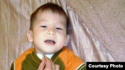 Двухлетний Дихан Торгаев, страдающий от врожденного порока развития бронхолегочной системы - трахеобронхомаляции, паралича голосовых связок. Фото из семейного альбома.