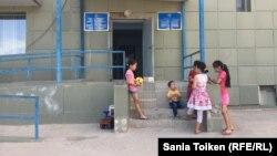 Дети у центра в Актау, где предоставили комнаты этническим казахам, приехавшим на историческую родину из-за рубежа. Июнь 2017 года.