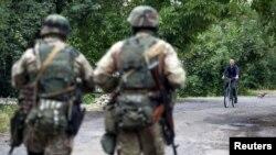 Українські військові патрулюють селище Бобовище, що недалеко від Мукачева. 13 липня 2015 року