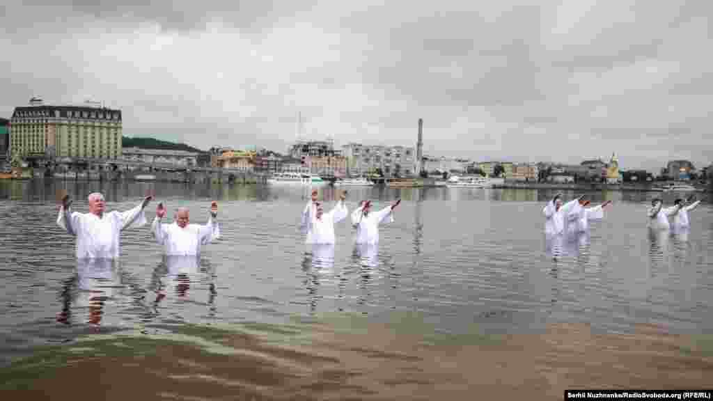 До води першими заходять пастори і читають молитву