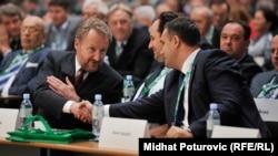Bakir Izetbegović i Asim Sarajlić se rukuju tokom Kongresa SDA u Sarajevu, maj 2015.