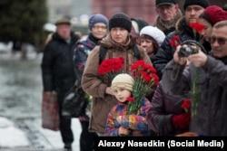 Москвичи несут цветы на могилу Сталина. Март, 2016