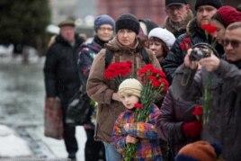 Москвичи приносят цветы к могиле Сталина, 5 марта 2016 года
