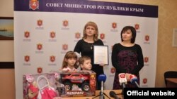 Qırımda ilk analıq sermiyasınıñ sertifikatını Viktoriya Blagoveşçenskaya aldı