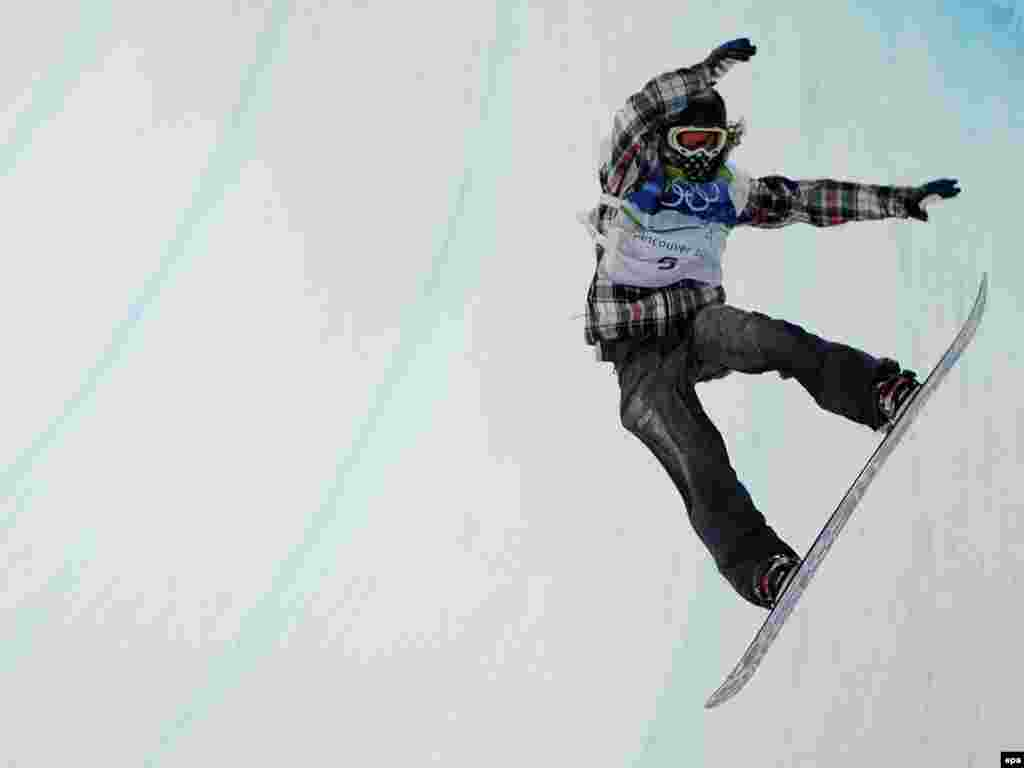 مسابقات نمایشی اسنوبورد - Caption: epa02038978 Shaun White of the USA completes his run in the Men's Halfpipe Snowboard competition at the 2010 Vancouver Winter Olympic Games, Vancouver, Canada, 17 February 2010. EPA/ANDREW GOMBERT