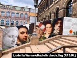Дрезденський Цвінґер. Вхід до галереї. З лівого боку недореставрована стіна завішена величезною світлиною