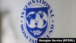 Эмблема Международного валютного фонда (МВФ). Иллюстративное фото.