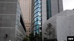 Жапония -- Жер титирөөдөн кийин кеңселерин таштап сыртка чыккан адамдар. Токио, 11-март.
