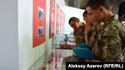 """Группа казахстанских военнослужащих, знакомящаяся с экспонатами на выставке """"Из истории депортации народов в Казахстан"""" в Центральном государственном музее. Алматы, 31 мая 2019 года."""