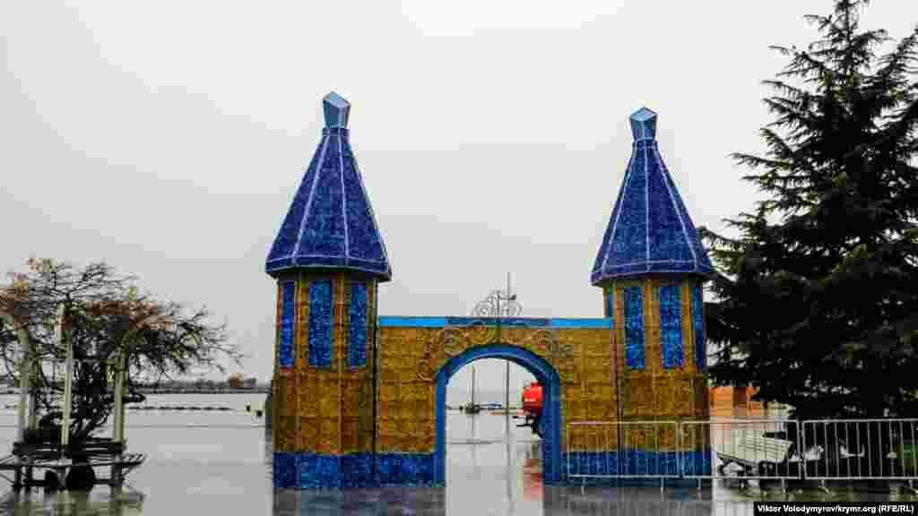 Арка, що символізує вхід на територію майбутнього ярмарку. Примітно, що вона оформлена в синьо-жовтих кольорах. Раніше повідомлялося, що підконтрольна Росії влада Ялти готується витратити 80 мільйонів рублів на новорічні прикраси для міста
